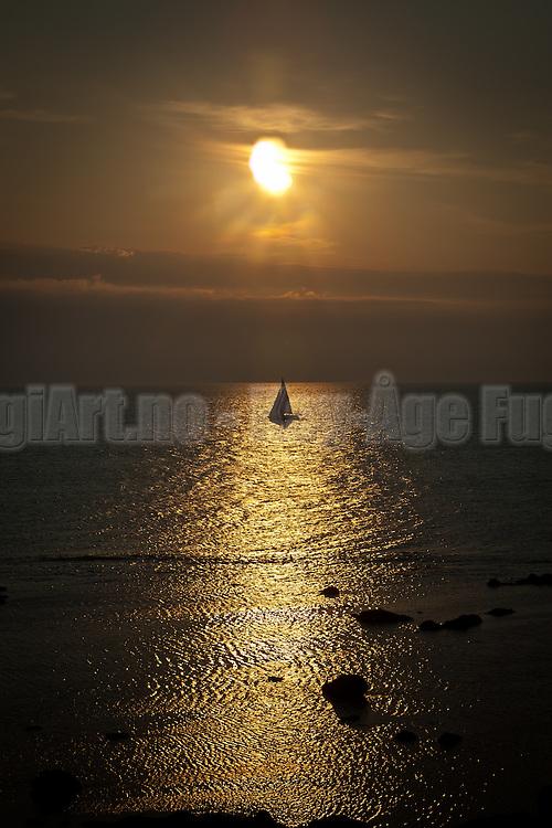 Seilbåt i solnedgang
