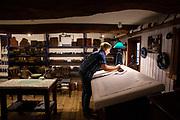 Blaudruck im Heimatmuseum Scheessel: Annerose Rathjen und Ilse Riebesell