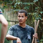 NL/Amersfoort/20200813 -  Bilal Wahib schept tijgerpoep in de  dierentuin, Ivo van Breukelen en Bilal Wahib krijgen uitleg over het scheppen
