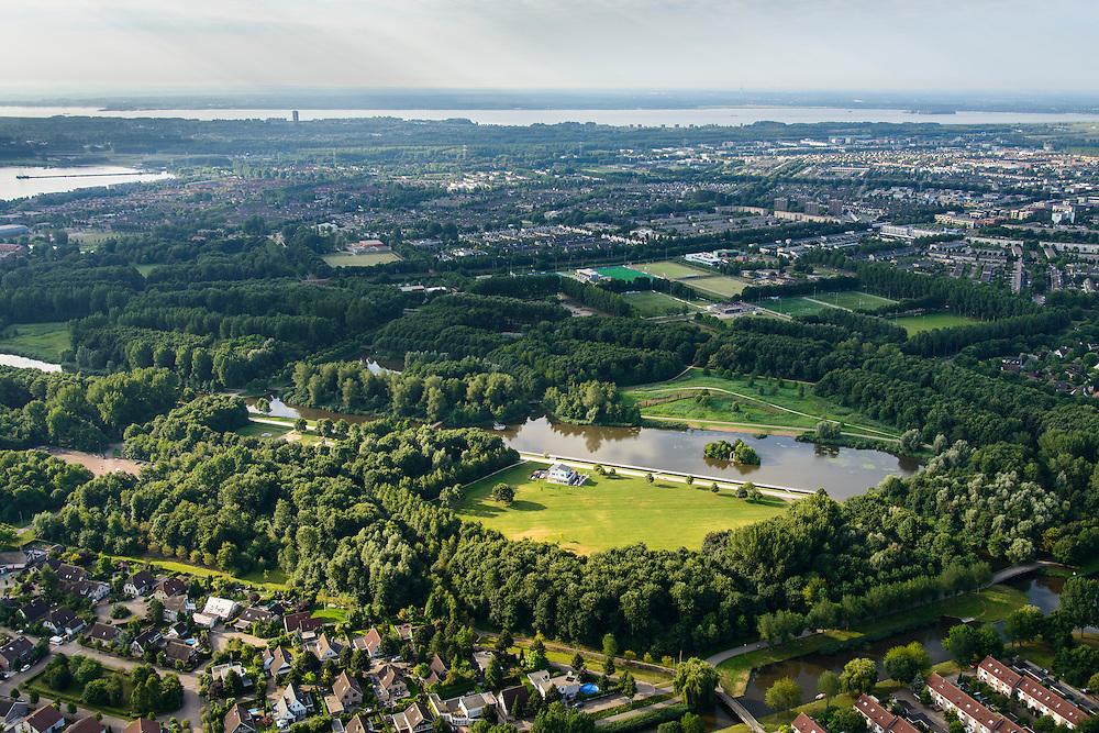 Nederland, Flevoland, Gemeente Almere, 27-08-2013;<br /> Koningin Beatrixpark met uitspanning GateWay Diner, Muziekwijk gezien vanuit Kruidenwijk.<br /> Urban park Beatrixpark in the city of Almere.<br /> luchtfoto (toeslag op standaard tarieven);<br /> aerial photo (additional fee required);<br /> copyright foto/photo Siebe Swart.
