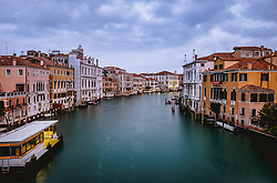 THEMENBILD - Canale Grande im Morgengrauen, aufgenommen am 06. Oktober 2019 in Venedig, Italien // Canale Grande at dawn in Venice, Italy on 2019/10/06. EXPA Pictures © 2019, PhotoCredit: EXPA/ JFK