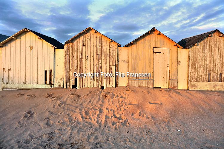 Frankrijk, Ouistreham, 19-8-2019Strandhuisjes op het strand van deze badplaats in Normandie . Ook vond o.a. hier in 1944 de invasie plaats .Foto: Flip Franssen