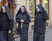 2020-02-02 Kraków, ul. Szewska. Zakonnice w dniu święta Matki Boskiej Gromnicznej.