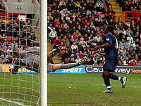 Fotball<br /> Photo. Glyn Thomas, Digitalsport<br /> Norway Only<br /> <br /> Charlton Athletic v Portsmouth. FA Barclaycard Premiership. <br /> The Valley, Charlton, London. 10/04/2004.<br /> Portsmouth's Yakubu Aiyegbeni (R) sends the ball past a diving Dean Kiely for his side's equaliser.