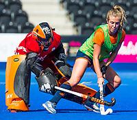 LONDEN - Xan de Waard (Ned) met keeper Anne Veenendaal (Ned)    tijdens de training in het Lee Valley Hockeystadium bij het  wereldkampioenschap hockey voor vrouwen. Het Nederlands elftal maakt zich op voor de kwartfinale .  COPYRIGHT KOEN SUYK