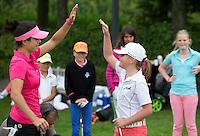 EEMNES - High Five; goed gedaan!, Golfprofessional Dewi Claire Schteefel , ambassadeur NGF GIRLZ golf, met clinic voor meisjes op GC de Goyer. COPYRIGHT KOEN SUYK