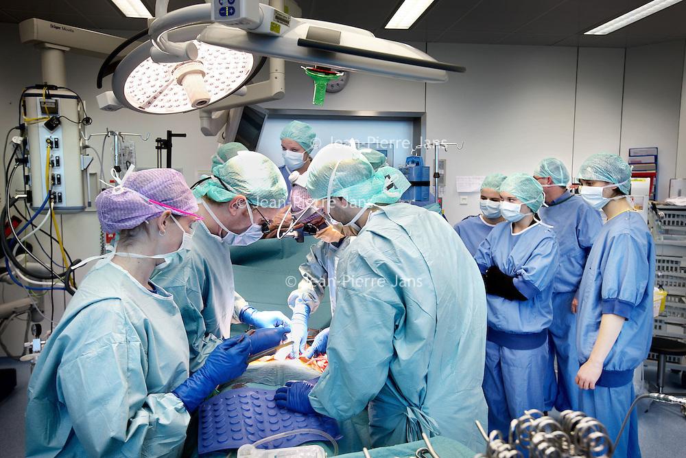 """Nederland, Amsterdam , 14 december 2010..Hoe ziet de dag van een specialist, chirurg of medisch student eruit?.VUmc biedt scholieren (6VWO) de unieke mogelijkheid alvast een blik in hun toekomst te werpen als geneeskundestudent en uiteindelijk arts. Vandaag nam VUmc zo een groep scholieren mee naar de OK. VUmc is hiermee de enige geneeskundeopleiding die scholieren deze speciale kennismaking met hun gedroomde beroep aanbiedt. .Tijdens het programma 'Meet the doctor!' maken eindexamenkandidaten kennis met het geneeskundeonderwijs. Zij bezoeken een patiëntcollege en ze lopen mee met een specialist. Zo zien ze bijvoorbeeld patiënten op de kinderafdeling of staan ze op de OK...VUmc (the hospital of the VU, one of the universities of Amsterdam) takes a group of students into the OR to show them what to be expected when being a surgeon. It is the only medical school that gives an introduction like this: Meet the doctor!""""."""