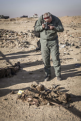 November 19, 2016 - Hammam Al-Alil, Nineveh Governorate, Iraq - Specialists of the Iraqi Police are investigating the mass graves at Hammam al-Alil. (Credit Image: © Berci Feher via ZUMA Wire)