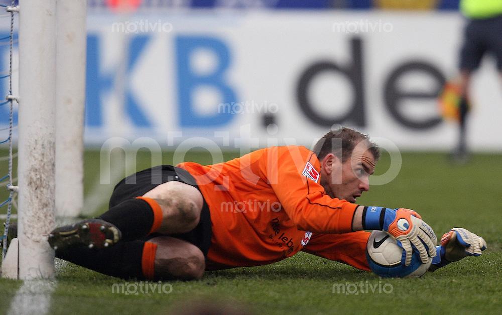 Jena , 300307 , Saison 2006/2007 ; Fussball 2.Bundesliga FC Carl Zeiss Jena - Hansa Rostock  Torwart Mathias SCHOBER (Rostock) hechtet nach dem Ball