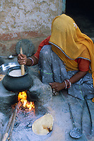 Inde. Rajasthan. Ville de Tonk. Cette femme cuisine dans sa cour. // Inde. Rajasthan. City of Tonk. Woman cook on the courtyard.