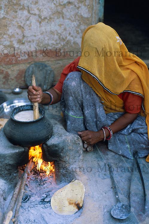 Inde. Rajasthan. Ville de Tonk. Cette femme cuisine dans sa cour. // Inde. Rajasthan. City of Tonk. Woman cook on the courtyard.