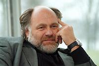 21 JAN 1999, GERMANY/BONN:<br /> Rezzo Schlauch, MdB, Fraktionsvorsitzender B90/Grüne, gibt ein Interview im Restaurant des Deutschen Bundestages, Bonn<br /> Rezzo Schlauch, Chairman of the Green Parliamentary Group, during an interview<br /> IMAGE: 19990121-03/02-16