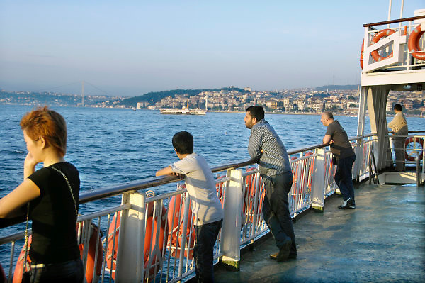 Turkije, Istanbul, 4-6-2011Straatbeeld. Veerpont van het europese deel naar het aziatische deel van de stad over de Bosporus.Foto: Flip Franssen
