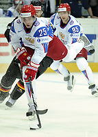Danis Zaripov (RUS) fliegt uebers Eis © Melanie Duchene/EQ Images