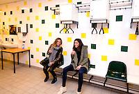 DEN HAAG - Naomi van As en Ellen Hoog in de kleedkamer van ADO, maandag tijdens de KNHB spelerslunch in het Kyocera Stadion, waar de selecties van de Nederlandse hockeyteams mannen en vrouwen bij elkaar waren voor de jaarlijkse spelerslunch. FOTO KOEN SUYK
