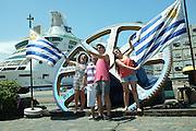 Pablo Vignali/ URUGUAY/ MONTEVIDEO/ Turistas de un crucero se toman fotografías en el puerto de Montevideo. Se espera la llegada de 110 cruceros a Montevideo dejando 50 millones de dólares anuales sumando otros 60 del puerto de Punta del Este.<br /> En la foto: Turistas en el puerto de Montevideo. Foto: Pablo Vignali / adhocFotos<br /> 20160121; día jueves<br /> adhocFOTOS
