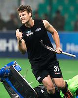 NEW DELHI -  Stece Edwards van NZL heeft gescoord tegen de Engelse keeper George Pinner,  tijdens de halve finale  van de Hockey World League finaleronde tussen de mannen van Engeland en Nieuw-Zeeland .  Nieuw Zeeland wint na shoot-0uts. ANP KOEN SUYK