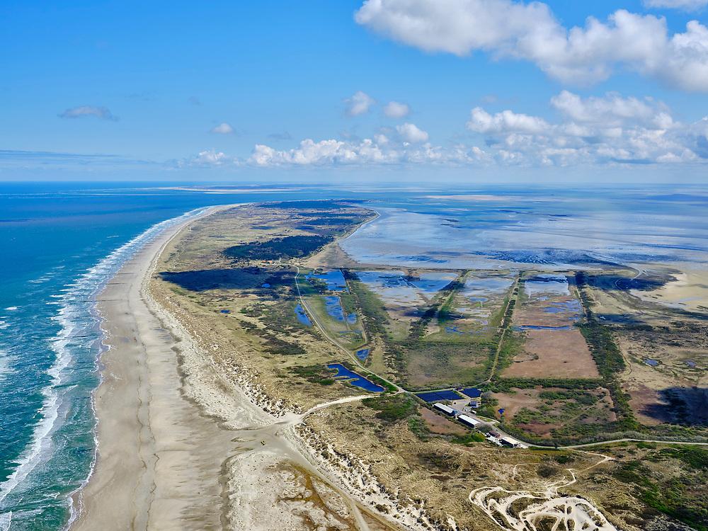 Nederland, Friesland, Vlieland, 07-05-2021; West-Vlieland met Kroon's Polders. De voormalige polders zijn nu natuurgebied en in beheer bij Staatsbosbeheer. Vogelbroedgebied, brak water milieu. Noordzee en Waddenzee (re).<br /> West Vlieland with Kroon's Polders. The former polders are now a nature reserve and managed by the Forestry Commission. Bird nesting area, brackish water environment.<br /> <br /> luchtfoto (toeslag op standard tarieven);<br /> aerial photo (additional fee required)<br /> copyright © 2021 foto/photo Siebe Swart