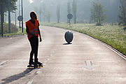 De Velox 7 is van start voor de eerste testrun. In Helmond test het HPT hun nieuwe fiets op de A270. In september wil het Human Power Team Delft en Amsterdam, dat bestaat uit studenten van de TU Delft en de VU Amsterdam, tijdens de World Human Powered Speed Challenge in Nevada een poging doen het wereldrecord snelfietsen voor vrouwen te verbreken met de VeloX 7, een gestroomlijnde ligfiets. Het record is met 121,44 km/h sinds 2009 in handen van de Francaise Barbara Buatois. De Canadees Todd Reichert is de snelste man met 144,17 km/h sinds 2016.<br /> <br /> In Helmond the HPT tests the new bike on the highway A270. With the VeloX 7, a special recumbent bike, the Human Power Team Delft and Amsterdam, consisting of students of the TU Delft and the VU Amsterdam, also wants to set a new woman's world record cycling in September at the World Human Powered Speed Challenge in Nevada. The current speed record is 121,44 km/h, set in 2009 by Barbara Buatois. The fastest man is Todd Reichert with 144,17 km/h.