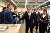 """05 JUL 2005, PADERBORN/GERMANY:<br /> Gerhard Schroeder, SPD, Bundeskanzler, begruesst Arbeiter, waehrend einem Besuch des Forschungszentrums Licht """"L-Lab"""", Firma Hella<br /> IMAGE: 20050705-02-039<br /> KEYWORDS: Gerhard Schröder, Belegschaft, Mitarbeiter, Handshake"""