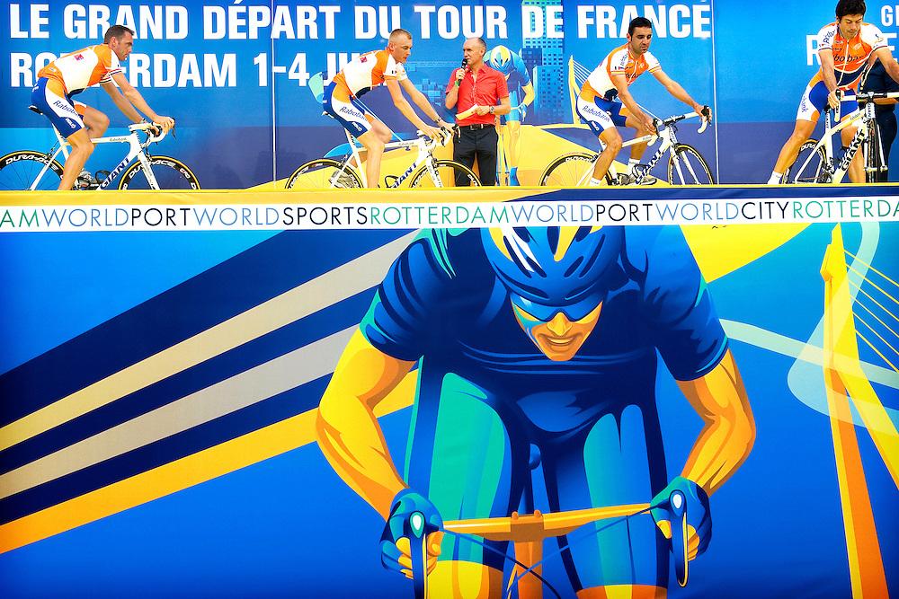 Nederland, Rotterdam, 01-07-2010.<br /> Tour de France, Ploegenpresentatie.<br /> Raboploeg met v..l.n.r. Koos Moerenhout, Robert Gesink, Juan Manuel Garate en Oscar Freire<br /> Foto: Klaas Jan van der Weij