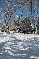 New York. horse car in Central park in winter in the snow ,  Hansom cabs, /  caleches dans Central park, en hiver dans la neige. les - Hansom cabs - carrioles à cheval