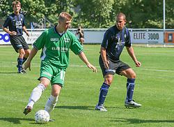 FODBOLD: Jonas Rohrberg (Helsingør) udfordrer Henrik Friis (NKF) under kampen i Kvalifikationsrækken, pulje 1, mellem Elite 3000 Helsingør og Nivå-Kokkedal FK den 6. august 2006 på Helsingør Stadion. Foto: Claus Birch