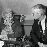 NLD/Soest/19920207 - Mw. v.d. Giessen Pr. Bernhardstr.15 Soest wordt 100 jaar, bezoek van de burgemeester