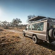20211003 Maun Botswana <br /> Moremi nationalpark Okavangodeltat<br /> Sand väg med vår jeep safarijeep<br /> <br /> <br /> ----<br /> FOTO : JOACHIM NYWALL KOD 0708840825_1<br /> COPYRIGHT JOACHIM NYWALL<br /> <br /> ***BETALBILD***<br /> Redovisas till <br /> NYWALL MEDIA AB<br /> Strandgatan 30<br /> 461 31 Trollhättan<br /> Prislista enl BLF , om inget annat avtalas.