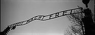 Il tristemente famoso cancello di Auschwitz con la scritta 'Il lavoro rende liberi'. Centinaia di prigionieri varcavano questo cancello ognii mattina diretti verso i campi di lavori forzati. Molti ne tornavano cadaveri
