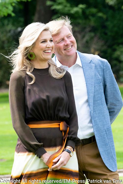 Zomerfotosessie 2019 bij Paleis Huis ten Bosch in Den Haag<br /> <br /> Summer photo session 2019 at Palace Huis ten Bosch in The Hague<br /> <br /> Op de foto / On the photo:  Koning Willem-Alexander en koningin Maxima <br /> <br /> King William Alexander and Queen Maxima