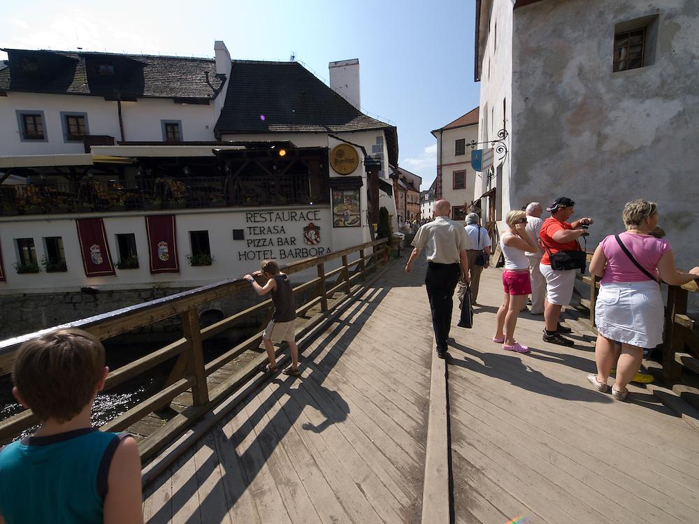 Cesky Krumlov, Krumau/Tschechische Republik, Tschechien, CZE, 26.07.2008: Brücke über die Moldau in der Altstadt von Cesky Krumlov (Böhmisch Krumau/ Krumau) . Die Hochschätzung dieses Ortes durch inländische und ausländische Experten führte allmählich zur Aufnahme in die höchste Stufe des Denkmalschutzes. Im Jahre 1963 wurde die Stadt zum Stadtdenkmalschutzgebiet erklärt, im Jahre 1989 wurde das Schloßareal zum nationalen Kulturdenkmal erklärt und im Jahre 1992 wurde der ganze historische Komplex ins Verzeichnis der Denkmäler des Kultur- und Naturwelterbes der UNESCO aufgenommen.<br /> <br /> Cesky Krumlov/Czech Republic, CZE, 26.07.2008: Bridge across the Vltava River (Moldau) in the oldtown of Cesky Krumlov, with its architectural standard, cultural tradition, and expanse, ranks among the most important historic sights in the central European region. Building development from the 14th to 19th centuries is well-preserved in the original groundplan layout, material structure, interior installation and architectural detail. Situated on the banks of the Vltava river, the town was built around a 13th-century castle with Gothic, Renaissance and Baroque elements. It is an outstanding example of a small central European medieval town whose architectural heritage has remained intact thanks to its peaceful evolution over more than five centuries.