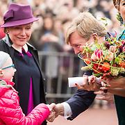 NLD/Almelo/20161028 - Streekbezoek Achterhoek door Willem-Alexander en Maxima, bloemenmeisjes Sterre Abbes