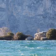 Forti venti da nord spazzano il Lago di Garda, Fabio Calò entra in acqua ad Assenza di fronte all'isola