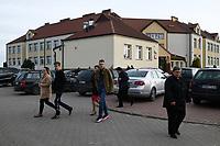 Kobylin Borzymy, woj podlaskie, 13.10.2019. Glosowanie w Obowodowej Komisji Wyborczej nr 2. W wyborach 2015 roku na PiS glosowalo tutaj 86% wyborcow N/z najwiecej wyborcow glosowalo po porannej mszy swietej w miejscowym kosciele; ludzie wychodza z lokalu wyborczego po glosowaniu fot Michal Kosc / AGENCJA WSCHOD