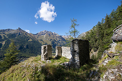 """THEMENBILD - Kirchenruine St. Peter, Das Peterskirchl ist eine von drei Kirchenruinen im Bundesland Tirol. Der aus dem 16. Jahrhundert stammende und von Angehörigen der Görzer Dynastie errichtete Sakralbau besitzt somit einen besonderen historischen Wert, was das Bundesdenkmalamt dadurch gewürdigt hat, dass es """"die Kirchenruine St. Peter samt Köfele"""" im Jahre 2011 unter Denkmalschutz gestellt hat. EXPA Pictures © 2019, PhotoCredit: EXPA/ Johann Groder"""