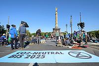07 OCT 2019, BERLIN/GERMANY:<br /> Extinction Rebellion (XR), eine globale Umweltbewegung protestiert mit der Blockade von Verkehrsknotenpunkten fuer eine Kehrtwende in der Klimapolitik, Grosser Stern, Siegessäule<br /> IMAGE: 20191007-01-011<br /> KEYWORDS: Demonstration, Demo, Demonstraten, Klima, Klimawandel, climate change, protest, Klimakrise