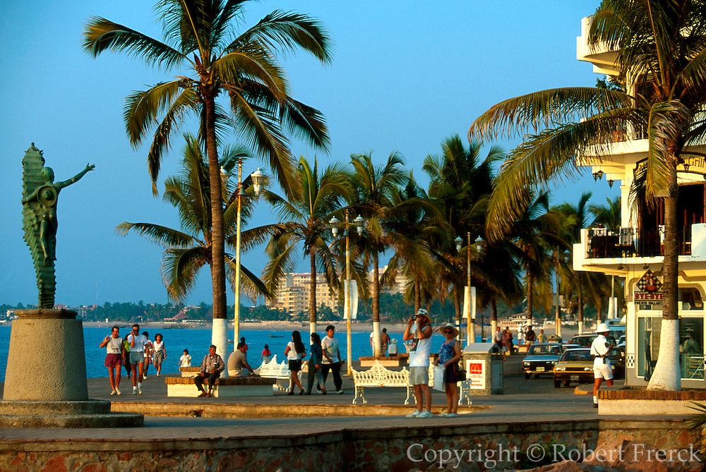 MEXICO, PACIFIC COAST, JALISCO, TOURISM Puerto Vallarta; famous seahorse statue on the 'Malecon' the seaside avenue also called Paseo Ordaz