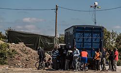 24.06.2016, Dschungelcamp, Calais, FRA, der Dschungel von Calais, im Bild Migranten mit Smartphones bei einer Lade und Wlan Station. Das Camp ist eine provisorische Zeltstadt nahe der französischen Stadt Calais. Mehrere tausend Menschen kampieren dort in Zeltunterkünften und warten auf eine Möglichkeit zur illegalen Weiterreise durch den Eurotunnel nach Großbritannien. Migrants with smartphones at a charging and Wi-Fi Station. The Calais Jungle is the nickname given to a migrant encampment, where migrants live while they attempt illegally to enter the United Kingdom at the Jungle Camp of Calais, France on 2016, 06, 24. EXPA Pictures © 2016, PhotoCredit: EXPA, JFK
