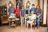 Ajuntament de Girona. Entrega de flors a Pilar per 100 anys.