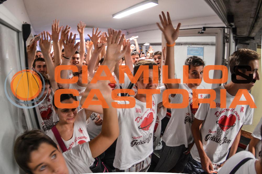 DESCRIZIONE : Campionato 2014/15 Serie A Beko Grissin Bon Reggio Emilia - Dinamo Banco di Sardegna Sassari Finale Playoff Gara7 Scudetto<br /> GIOCATORE : Attesa Tifosi Ingresso<br /> CATEGORIA : Tifosi Pubblico Spettatori<br /> SQUADRA : Grissin Bon Reggio Emilia<br /> EVENTO : LegaBasket Serie A Beko 2014/2015<br /> GARA : Grissin Bon Reggio Emilia - Dinamo Banco di Sardegna Sassari Finale Playoff Gara7 Scudetto<br /> DATA : 26/06/2015<br /> SPORT : Pallacanestro <br /> AUTORE : Agenzia Ciamillo-Castoria/L.Canu