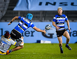 Zach Mercer of Bath Rugby offloads to Rhys Priestland of Bath Rugby - Mandatory by-line: Andy Watts/JMP - 08/01/2021 - RUGBY - Recreation Ground - Bath, England - Bath Rugby v Wasps - Gallagher Premiership Rugby