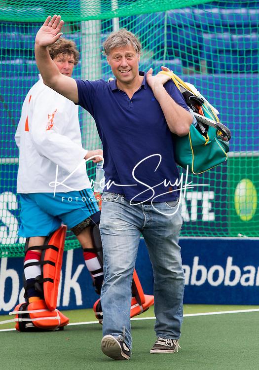 DEN HAAG - Floris Jan Bovelander arriveert op zijn manier. Tijdens het WK hockey speelt het team dat in 1998 in Utrecht wereldkampioen werd,  tegen het oude nationale team van Spanje. Veel oud internationals zijn van de partij. COPYRIGHT KOEN SUYK