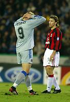 Fotball<br /> UEFA Champions League 2003/2004<br /> 04.11.2003<br /> Club Brügge / Brugge v AC Milan<br /> Bengt Sæternes<br /> Dario Simic - Milan<br /> Foto: Morten Olsen, Digitalsport