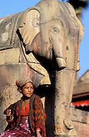 Nepal - Vallée de Kathmandu - Ville de Bakhtapur - Statue d'élephant sur le Temple de Nyatapola