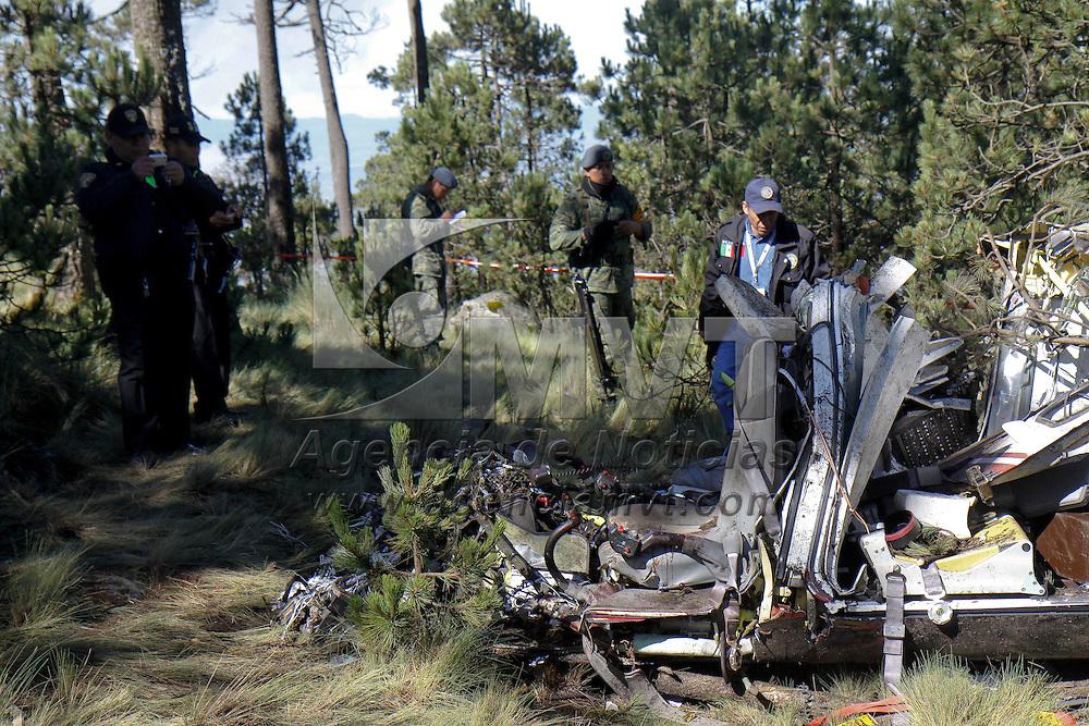 Temoaya, Mex.- Un helicóptero particular se estrello la noche de este sábado en el cerro de la Bola en los limites de Temoaya y Jiquipilco, en donde perecieron 3 personas, entre ellas  el empresario Juan Armando Hinojosa García,  elementos de la SSC, Policía Federal,  SUEM, Militares y policías municipales participaron en el rescate de los cuerpos, que fueron trasladados en Relámpagos del Estado de México. Agencia MVT / Crisanta Espinosa. (DIGITAL)<br /> <br /> NO ARCHIVAR - NO ARCHIVE