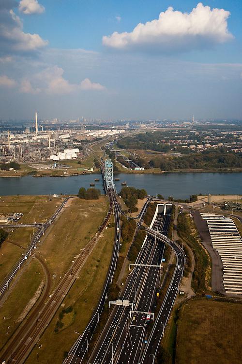 Nederland, Zuid-Holland, Rotterdam 19-09-2009; Botlek, Botlekbrug over de Oude Maas met rechts daarvan de Botlektunnel (A 15). Op het tweede plan de olieraffinaderij van Shell en Pernis, rechts Hoogvliet. Skyline Rotterdam aan de horizon..Botlek, Botlek bridge over the Oude Maas with Botlektunnel (A 15). Second plane oil refinery Shell Pernis, right Hoogvliet. Rotterdam skyline at the horizon luchtfoto (toeslag), aerial photo (additional fee required).foto/photo Siebe Swart