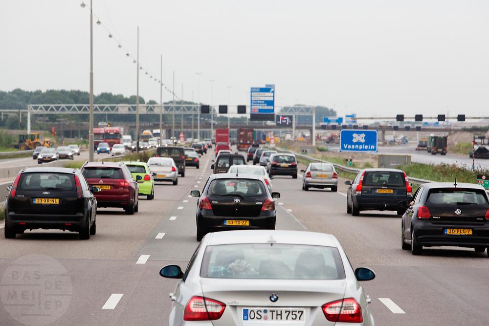 Autoverkeer rijdt over de snelweg tussen Rotterdam en Barendrecht.<br /> <br /> Traffic at the highway between Rotterdam and Barendrecht