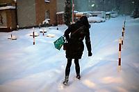 Bialystok, 16.01.2021. Gwaltowny atak zimy, w ciagu paru godzin przybylo kilkanascie centymetrow sniegu N/z zasypana osiedlowa uliczka fot Michal Kosc / AGENCJA WSCHOD