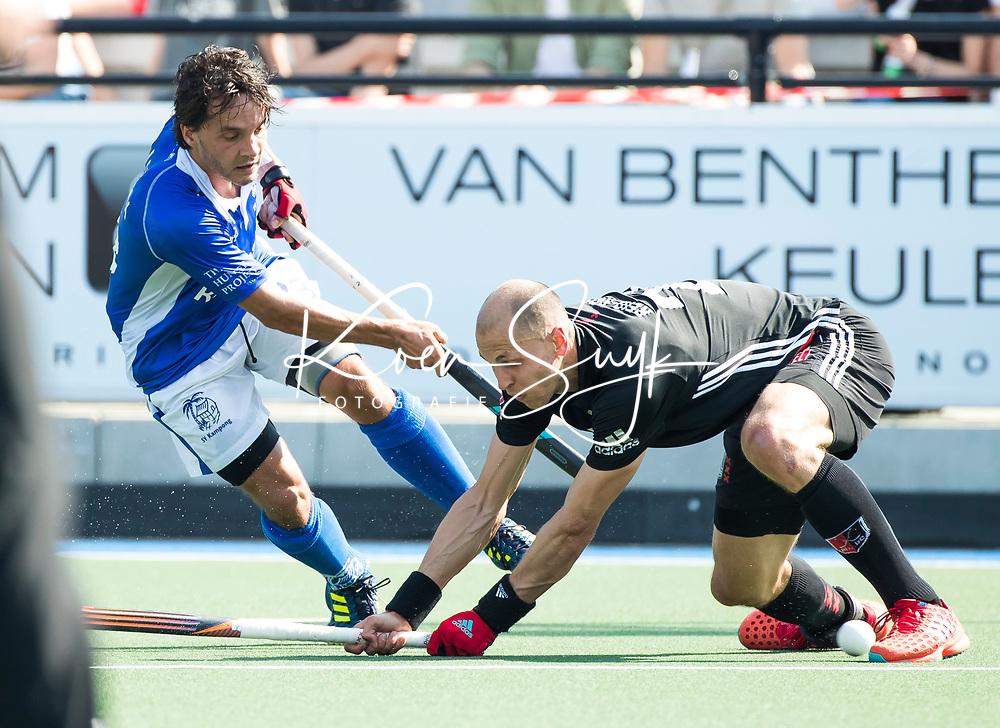 UTRECHT -  Pepijn Luijkx (Kampong)  met Justin Reid-Ross (A'dam)    tijdens   de finale van de play-offs om de landtitel tussen de heren van Kampong en Amsterdam (3-1). Kampong kampong kampioen van Nederland. COPYRIGHT  KOEN SUYK